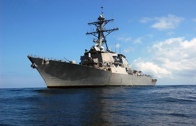 Эсминец ВМС США попал под ракетный обстрел у берегов Йемена